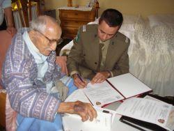 Wilhelm Meisel podpisuje Akt Nadania Tradycji JS 2023. Źródło: archiwum JS 2023.